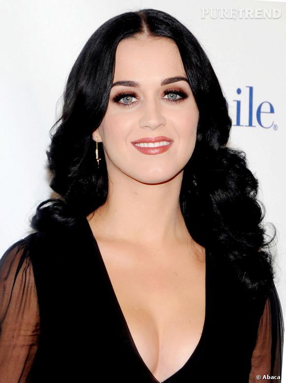 Katy Perry en (sexy) veuve noire.
