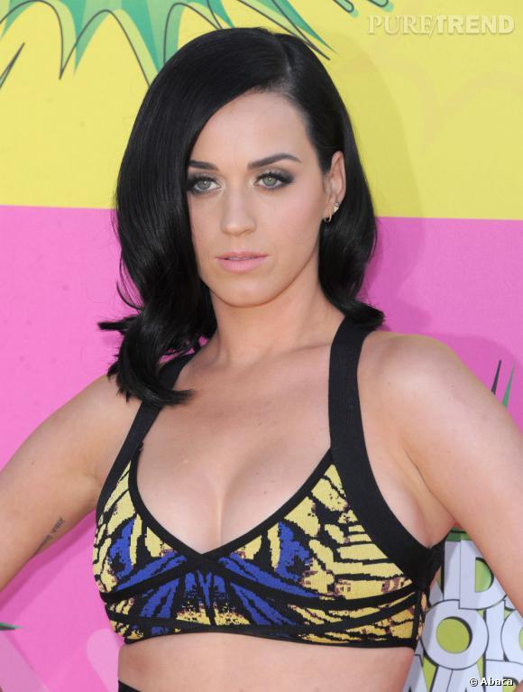 Katy Perry mise cette fois sur une brassière bien serrée. Sa poitrine ne risque pas de fuir.