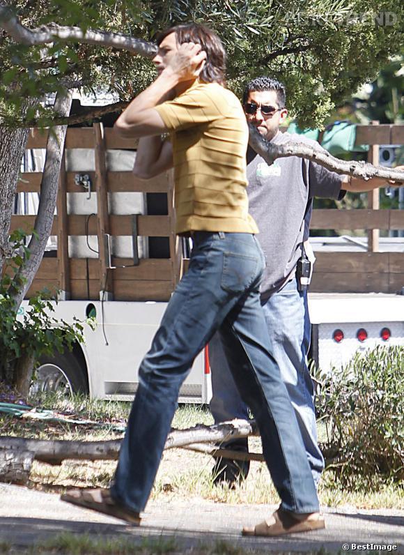 Encore un look avec Birkenstock pour Ashton Kutcher dans la peau de Steve Jobs.
