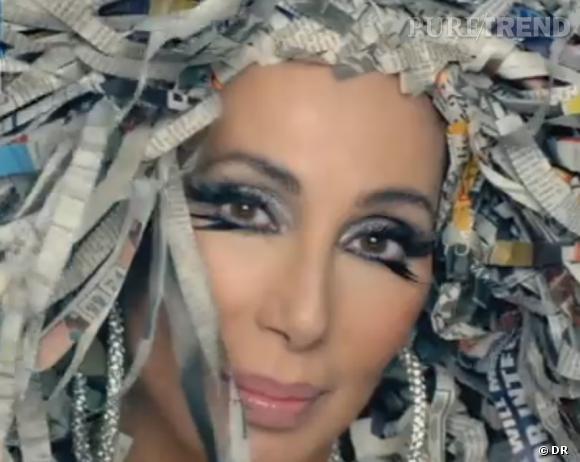 """Cher, adepte de la perruque en papier dans son nouveau clip, """"Woman's World""""."""