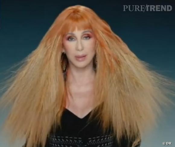 Cher teste aussi la perruque rousse...
