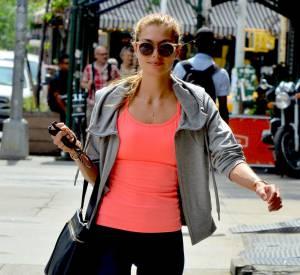 La mannequin Jessica Hart affiche un thigh gap, même en legging.