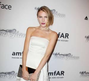 Dree Hemingway en robe blanche à l'esprit graphique lors du Gala Inpiration de l'amfAR 2013.