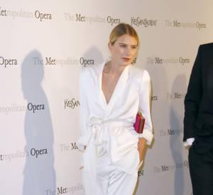 Dree Hemingway dans un smocking blanc fluide à l'avant-première de Manon au Metropolitan Opera House en 2012.