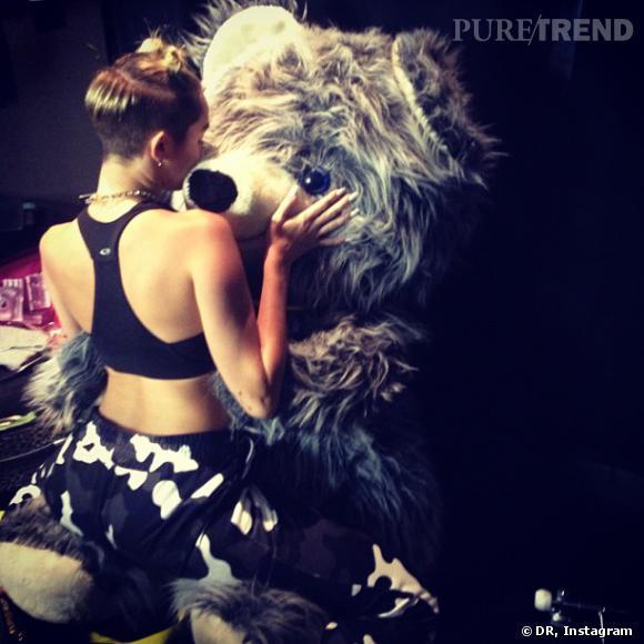 Miley Cyrus fait quelques câlins à son ours Boo avant d'aller sur la scène des MTV Video Music Awards.