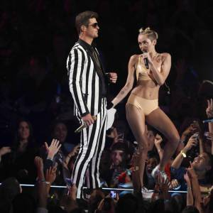 Lors des MTV Video Music Awards, Miley Cyrus a choqué le public en se frottant contre Robin Thicke.