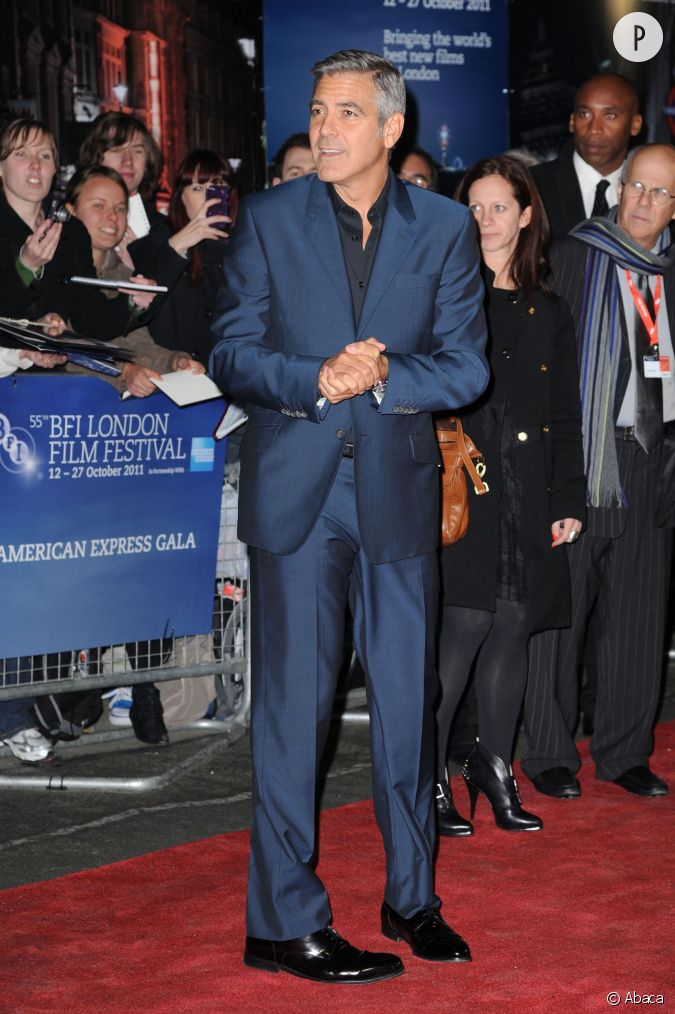 En 2011 il bouscule les codes opte pour un costume bleu au tissus brillant sur une chemise - Costume noir chemise noir ...