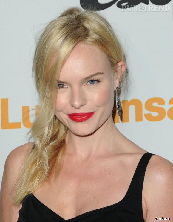 Kate Bosworth ose aussi la bouche rouge.