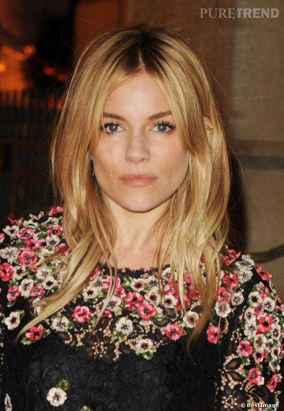 Sienna Miller était de la partie pour cette Fashion Week londonienne. Les cheveux tout en dégradé, elle se maquille avec des couleurs douces et chaudes : marron glacé et beige doré, pour un beauty look chic.