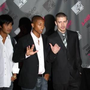 En 2003, Pharrell Williams prend la pose avec Justin Timberlake et Chad Hugo des Neptunes. Ils célèbrent la sortie du premier album solo de Justin dont la majorité des titres a été produite par les Neptunes.