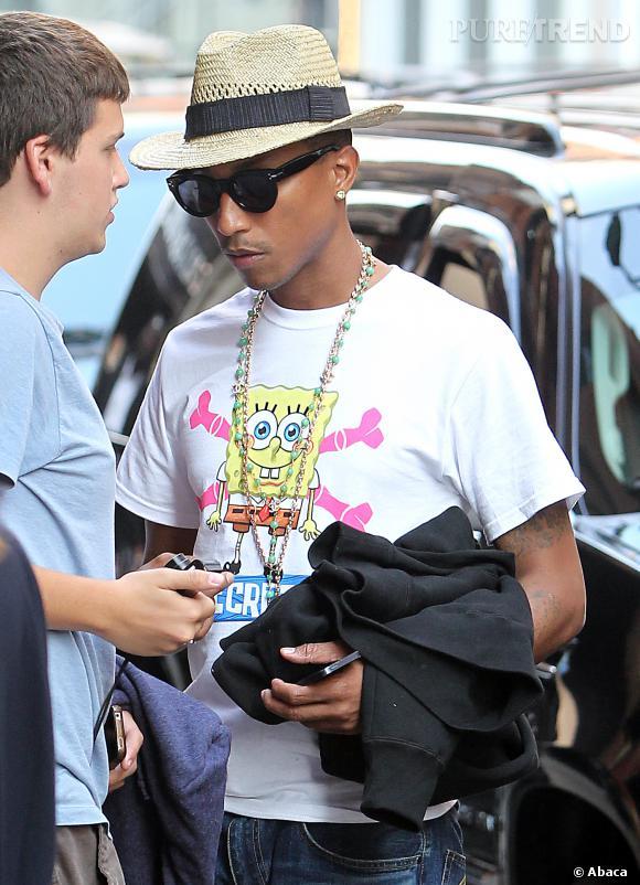 Pharrell Williams est également célèbre pour son style un peu déjanté. T-shirt Bob l'éponge, chapeau de paille et bling-bling... Il n'a peur de rien.
