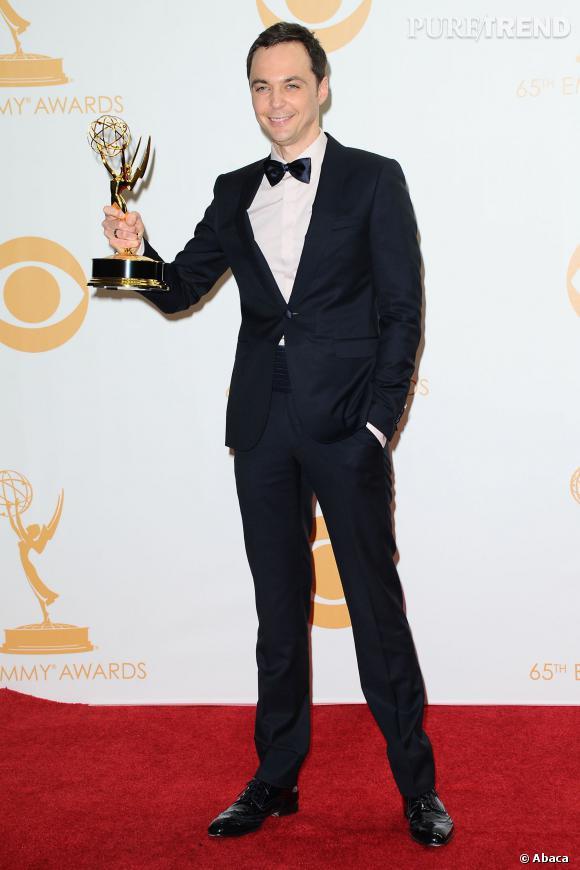 """Jim Parsons et son prix pour """"meilleur acteur dans une comédie"""" aux Emmy Awards 2013."""