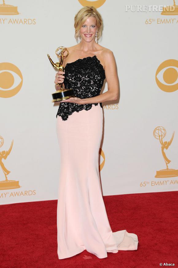 """Anna Gunn, resplendissante avec son prix pour """"meilleur second rôle féminin dans une série dramatique"""" aux Emmy Awards 2013."""