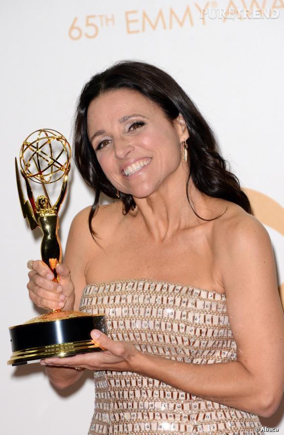 """Julia-Louis Dreyfus et son prix de la meilleure actrice dans une comédie pour """"Veep"""" aux Emmy Awards 2013."""