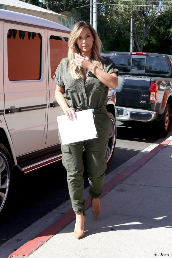 Kim Kardashian en combinaison kaki ou le look army chic.