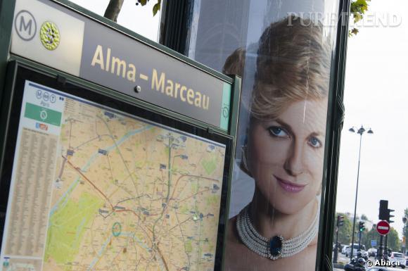 """L'affiche de """"Diana"""" qui fait tant polémique est en faite placée juste à côté de la Flamme de la Liberté, devenue une sorte de mémorial pour les admirateurs de la défunte princesse."""