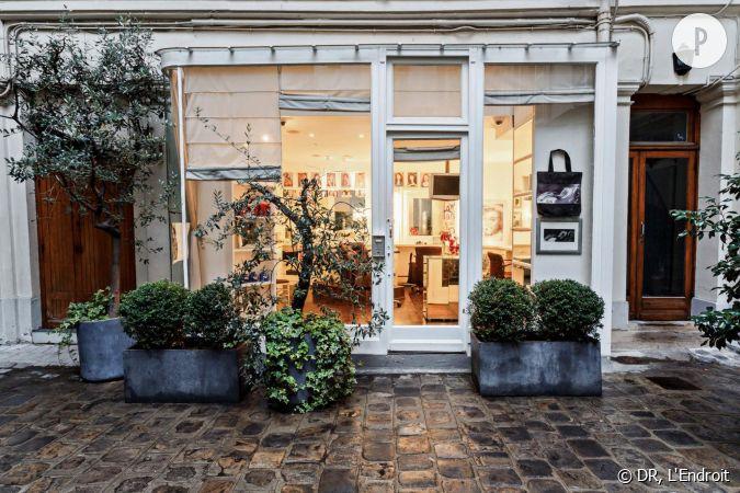l 39 endroit un salon de coiffure cosy au fond d 39 une cour pav e. Black Bedroom Furniture Sets. Home Design Ideas