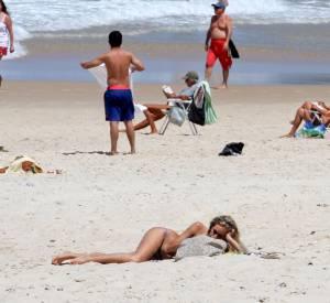 Alice Dellal, une naïade à la plage.