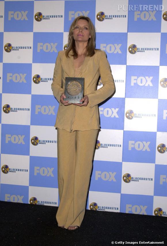 """Le flop """"tailleur"""" :  une coupe ringarde, une couleur qui donne la nausée, Michelle Pfeiffer s'offre un flop dans les règles de l'art."""