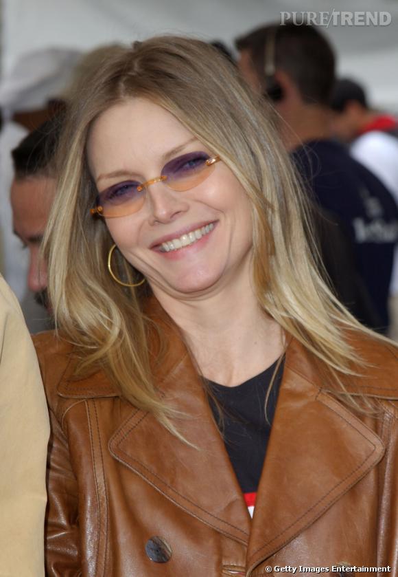 """Le flop """"lunettes de soleil"""" :  Michelle Pfeiffer et ses verres assortis à sa veste camel, un désastre. On laisse les verres de couleur à Christophe Lambert."""