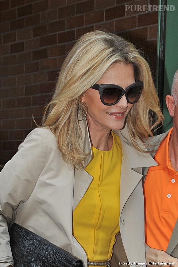 """Le top """"lunettes de soleil"""" :  Michelle Pfeiffer version trendy rétro, on valide."""