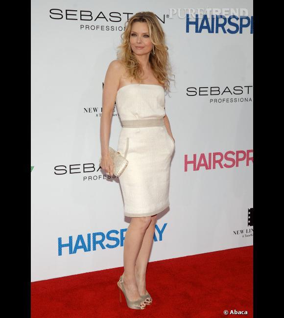 """Le top """"couleur neutre"""" :  Michelle Pfeiffer opte pour l'ivoire avec une pointe de beige, elle a appris sa leçon. Quant à la forme de la robe, elle est parfaite."""