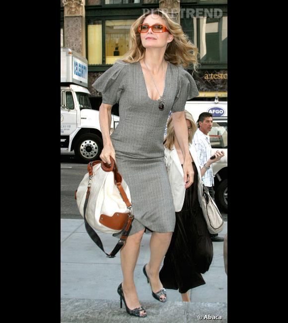"""Le flop """"look de working girl"""" :  Michelle Pfeiffer et sa robe peu flatteuse. On ne parle même pas de son étrange position."""