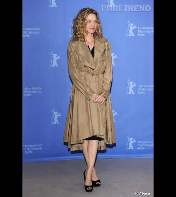 """Le flop """"couleur neutre"""" :  Michelle Pfeiffer a du mal à comprendre que le beige ne lui va pas. Ni la forme de ce trench non plus."""