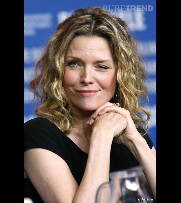 """Le flop """"sourire"""" :  Michelle Pfeiffer ou le sourire bizarre mixé au clin d'oeil."""