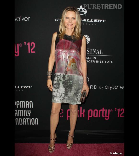 """Le flop """"look de red carpet"""" :  Michelle Pfeiffer tente la robe glitter multicolore, mais qu'est-ce qui lui a pris ?"""