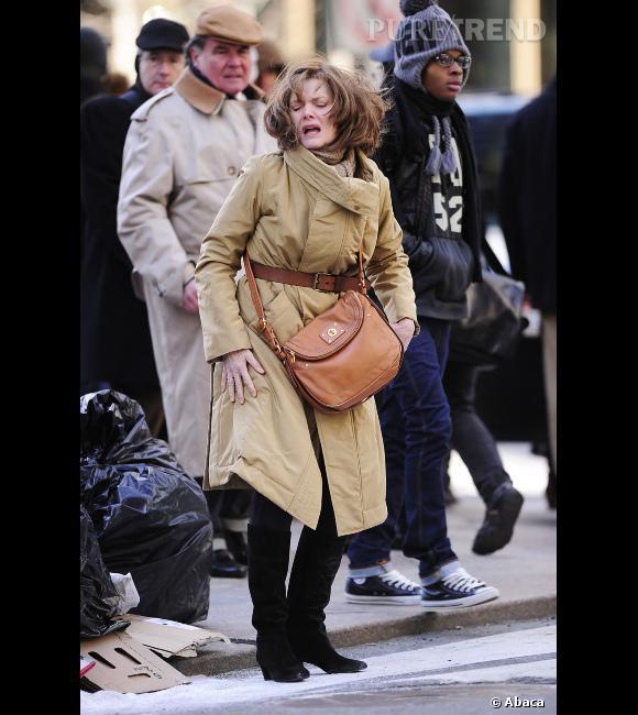 """Le flop """"look de tournage"""" :  Michelle Pfeiffer sur le tournage de """"New Year's Eve"""", 10 ans de plus et un look à faire peur."""