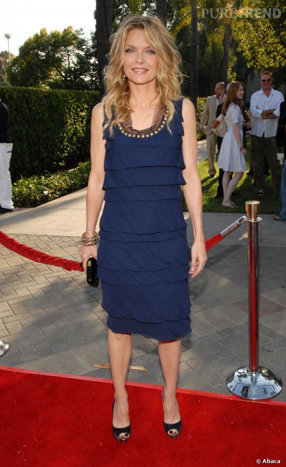 """Le flop """"longueur au genou"""" :  Michelle Pfeiffer ou la mauvaise robe qui vous donne l'air d'un sac."""
