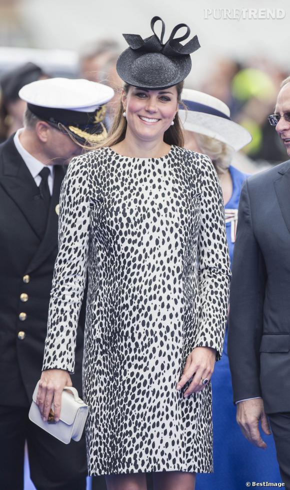 Kate Middleton en robe léopard et mini sac McQueen à la fin de sa grossesse.