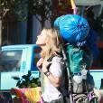 C'est lourdement arnachée que Reese Witherspoon s'attaque à son immense randonnée... sous l'oeil des caméras.