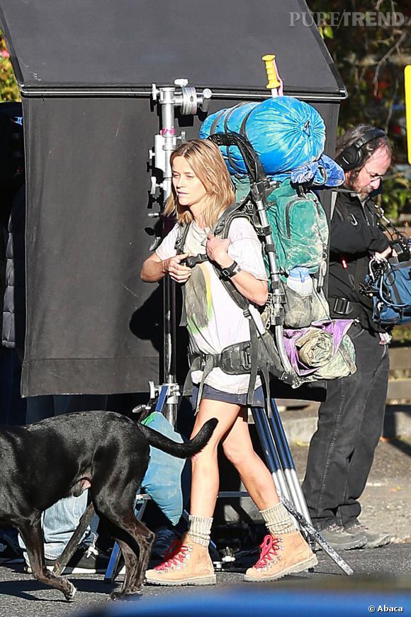 Vêtue d'un simple short en jean, d'un t-shirt et de grosses chaussures de rando, l'actrice est bien loin des tapis rouges.
