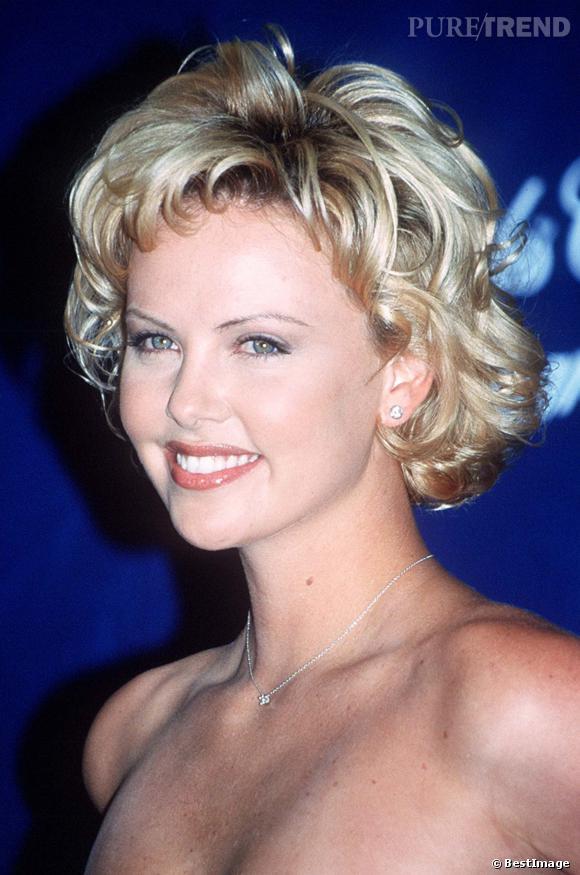 en 2000 charlize theron lib re la marilyn qui est en elle avec une mise en pli toute blonde. Black Bedroom Furniture Sets. Home Design Ideas