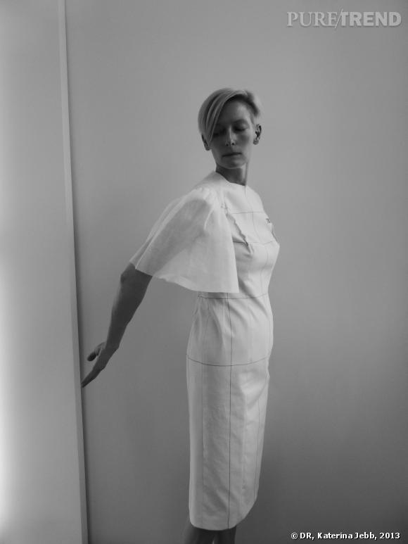"""Tilda Swinton se met une nouvelle fois au service de l'art pour """"Eternity Dress""""."""