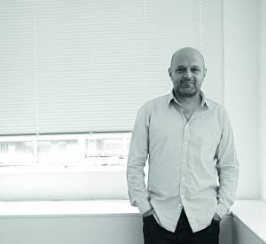 Hussein Chalayan crée une petite robe noire pour Monoprix