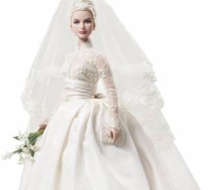 """Comme les autres actrices de légende, Grace Kelly fait partie des """"celebrity dolls"""". Ici, elle est immortalisée avec sa robe de mariée. De quoi faire rêver les petites filles."""