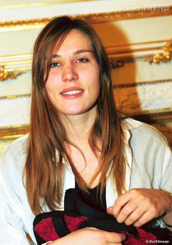 Un an plus tard, Mathilde Seigner reste fidèle à son beauty look zéro artifice.