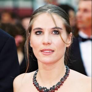 Pour le Festival de Cannes en 2000, l'actrice est un peu plus apprêtée que d'habitude et porte crayon noir et mascara.