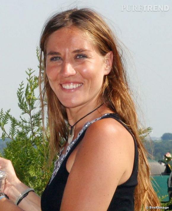 Rayonnante et hâlée, Mathilde Seigner n'a pas besoin de grand chose pour être jolie, son naturel fait tout.