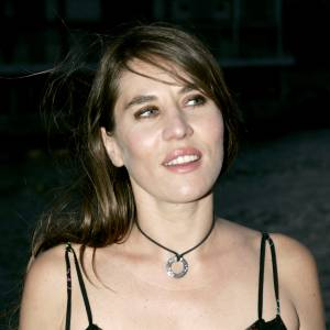 Mathilde Seigner coupe légèrement ses cheveux pour porter une mèche qui balaye légèrement son front. Elle s'habitude à porter un peu de noir ourlant ses yeux.