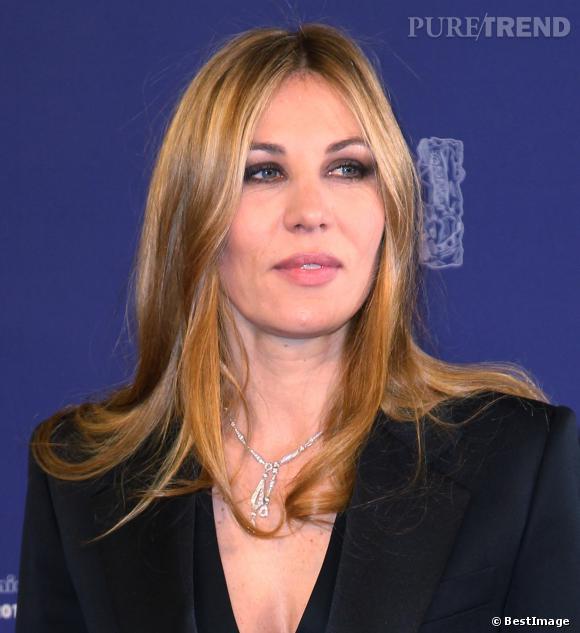 Lors des César en 2012, Mathilde Seigner joue la carte du glamour avec un smoky eye intense. Elle est renversante.