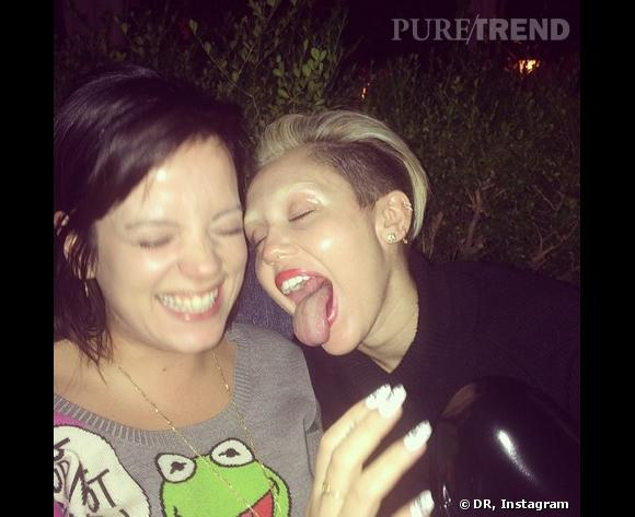 Miley Cyrus, la bouche grande ouverte et les sourcils décolorés.