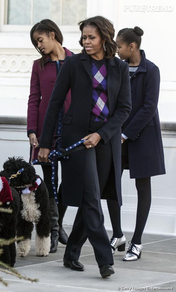 Accompagnées de leurs chiens, Michelle Obama, Sasha et Malia sont allées saluer leur nouvel invité pour ces fêtes de fin d'année.