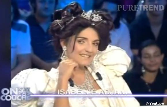 Florence Foresti imite Isabelle Adjani dans son costume de la Reine Margot.