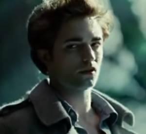 Edward emmène Bella au fond des bois pour lui dévoiler son secret : non, le soleil ne le fait pas brûler, mais briller mille feux ! So glamour le petit vampire.