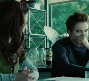 Entre Edward et Bella, la rencontre est pour le moins sensorielle. A voir le jeune vampire se boucher le nez à l'arrivée de la belle, on est mal à l'aise pour elle...