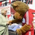 Camilla flirte avec un ours.
